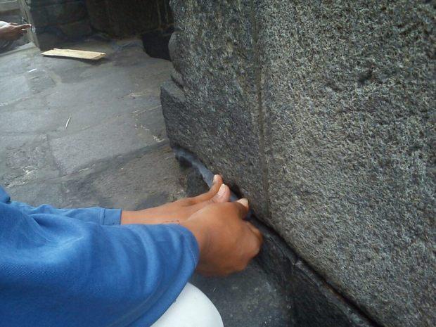 Di antara sela-sela batu diberi malam untuk mencegah air hujan masuk